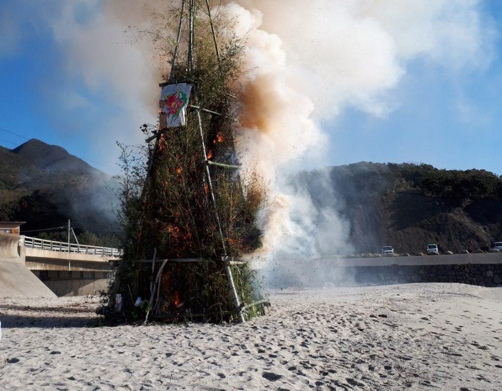 鬼火焚きの様子の写真
